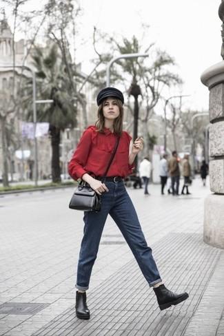 Comment porter: chemisier boutonné rouge, jean boyfriend bleu marine, bottines chelsea en cuir noires, sac bandoulière en cuir noir