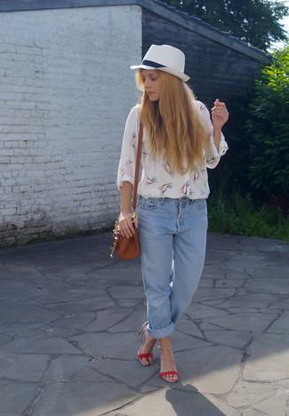 Comment porter un jean boyfriend bleu clair en été: Harmonise un chemisier boutonné imprimé blanc avec un jean boyfriend bleu clair pour achever un style chic et glamour. Une paire de des sandales à talons en cuir rouges est une option avisé pour complèter cette tenue. Ce look est un excellent exemple de la tenue toute estivale.