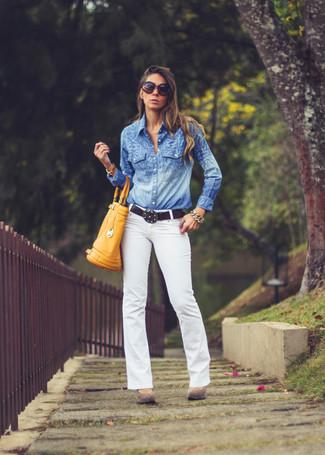 Comment porter: chemisier boutonné en chambray bleu, jean blanc, escarpins en daim marron, sac fourre-tout en cuir moutarde