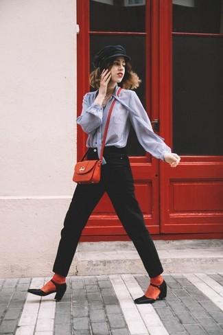 Comment porter des chaussettes rouges: Ce combo d'un chemisier boutonné gris et de chaussettes rouges dégage une impression très décontractée et accessible. Cette tenue est parfait avec une paire de escarpins en cuir noirs.