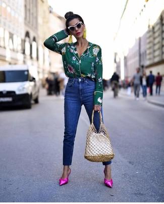 Comment porter un jean bleu: Pour une tenue de tous les jours pleine de caractère et de personnalité essaie de marier un chemisier boutonné à fleurs vert foncé avec un jean bleu. Jouez la carte classique pour les chaussures et termine ce look avec une paire de des mules en satin fuchsia.