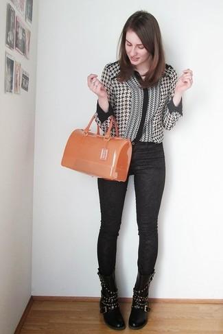 Comment porter: chemisier boutonné en pied-de-poule noir et blanc, jean skinny imprimé noir, bottes mi-mollet en cuir à clous noires, cartable en caoutchouc orange