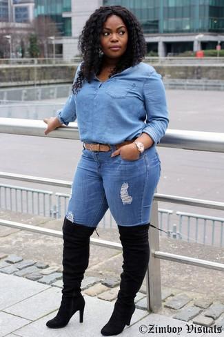 Comment porter: chemisier boutonné en denim bleu clair, jean skinny déchiré bleu, cuissardes en daim noires, ceinture en cuir marron clair