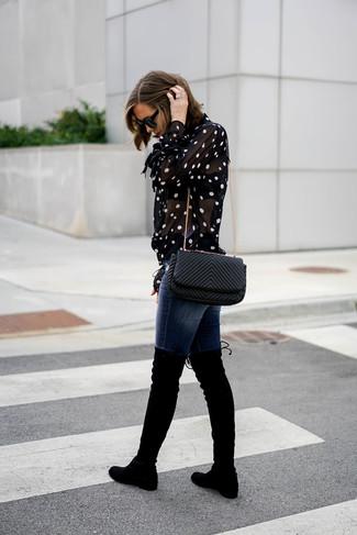 Comment porter: chemisier boutonné á pois noir et blanc, jean skinny bleu marine, cuissardes en daim noires, sac bandoulière en cuir matelassé noir