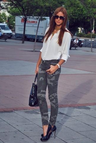 Comment porter: chemisier boutonné blanc, jean skinny camouflage gris foncé, escarpins en cuir noirs, sac fourre-tout en cuir noir