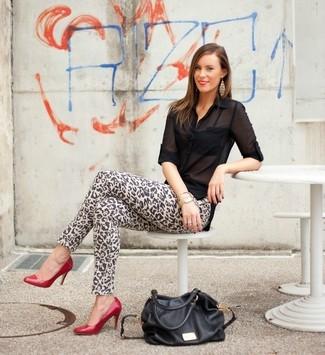 Comment porter: chemisier boutonné en chiffon noir, jean skinny imprimé léopard marron clair, escarpins en cuir rouges, sac fourre-tout en cuir noir
