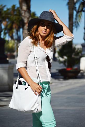 Comment porter: chemisier boutonné en lin blanc, jean skinny vert menthe, sac fourre-tout en cuir blanc, chapeau en laine gris foncé