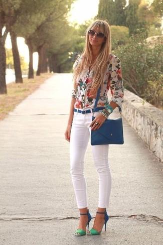 Comment porter: chemisier boutonné à fleurs blanc, jean skinny blanc, sandales à talons en daim bleues, sac bandoulière en cuir bleu