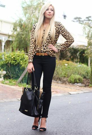 Comment porter: chemisier boutonné imprimé léopard marron clair, jean skinny noir, sandales à talons en daim noires, sac fourre-tout en cuir noir