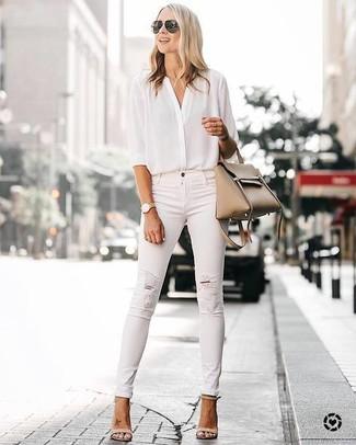 Comment porter un jean skinny déchiré blanc: Pense à porter un chemisier boutonné en soie blanc et un jean skinny déchiré blanc pour obtenir un look relax mais stylé. Cette tenue est parfait avec une paire de des sandales à talons en cuir beiges.
