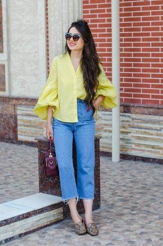 Comment porter: chemisier boutonné à rayures verticales jaune, jean bleu, slippers en cuir imprimés serpent marron, sac à main en cuir pourpre foncé
