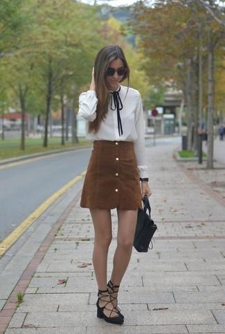 Comment porter: chemisier boutonné blanc, jupe boutonnée en daim marron, sandales spartiates en daim noires, cartable en cuir noir