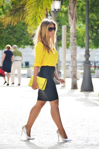 Comment porter: chemisier boutonné jaune, jupe crayon en cuir noire, escarpins en cuir argentés, pochette en cuir jaune