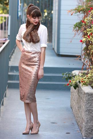Comment porter: chemisier boutonné blanc, jupe crayon pailletée rose, escarpins en cuir beiges, écharpe en fourrure marron