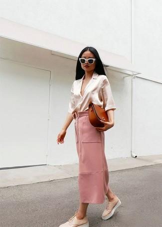 Comment porter: chemisier boutonné en soie beige, jupe longue rose, chaussures richelieu en cuir épaisses beiges, sac bandoulière en cuir tabac