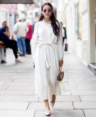 Comment porter: chemisier boutonné en soie blanc, jupe mi-longue en soie blanche, escarpins en cuir beiges, sac à main en cuir marron