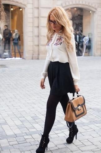 Comment porter: chemisier boutonné brodé blanc, jupe patineuse noire, bottines en daim noires, cartable en cuir marron clair