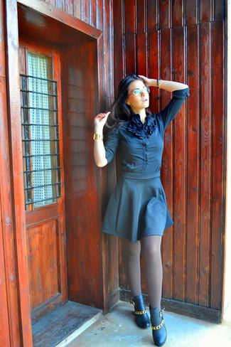 Comment porter: chemisier boutonné bleu marine, jupe patineuse bleu marine, bottines en cuir ornées noires, montre dorée