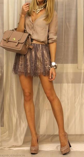 Comment porter: chemisier boutonné beige, jupe patineuse en dentelle marron, escarpins pailletés ornés dorés, cartable en cuir beige