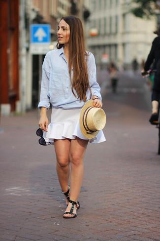 Comment porter: chemisier boutonné en chambray bleu clair, jupe trapèze blanche, sandales plates en cuir noires, chapeau de paille marron clair