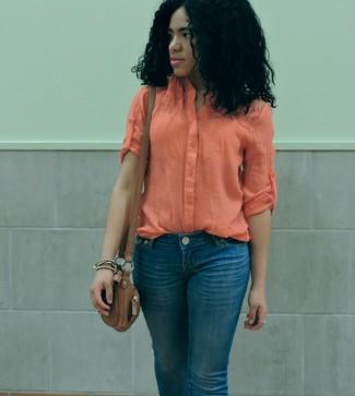 Comment porter: chemisier boutonné léger orange, jean bleu, sac bandoulière en cuir marron
