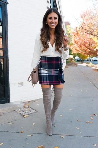 Comment porter: chemisier boutonné blanc, minijupe en laine écossaise noire, cuissardes en daim grises, sac bandoulière en cuir beige