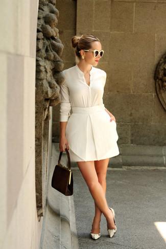 Comment porter: chemisier boutonné blanc, minijupe blanche, escarpins en cuir imprimés serpent beiges, pochette en daim marron foncé