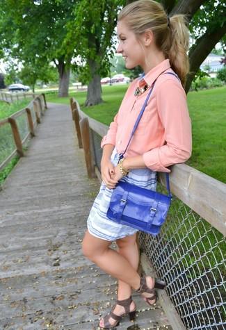 Comment porter: chemisier boutonné rose, minijupe à rayures horizontales blanc et bleu, sandales spartiates en cuir gris foncé, cartable en cuir bleu