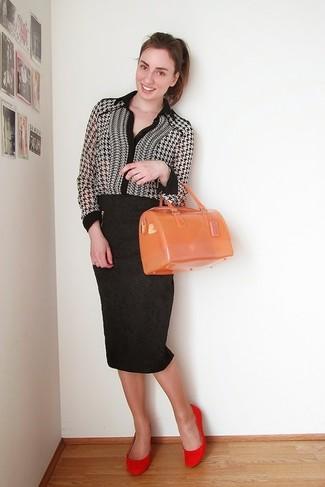 Comment porter: chemisier boutonné en pied-de-poule noir et blanc, jupe crayon imprimée noire, ballerines en daim rouges, cartable en caoutchouc orange