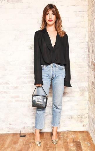 Comment porter: chemisier boutonné en chiffon noir, jean bleu clair, escarpins en cuir dorés, pochette en cuir argentée