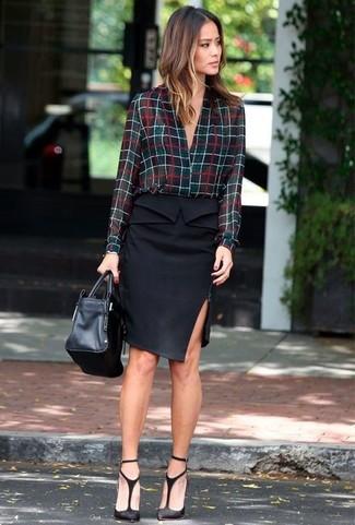 Comment porter: chemisier boutonné à carreaux noir, jupe crayon noire, escarpins en daim découpés noirs, sac fourre-tout en cuir noir