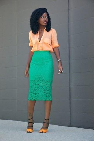 Comment porter: chemisier boutonné orange, jupe crayon en dentelle verte, sandales à talons en cuir orange