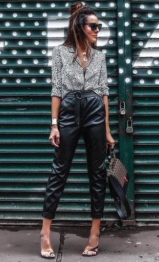 Comment porter: chemisier boutonné imprimé léopard blanc et noir, pantalon carotte en cuir noir, sandales à talons en caoutchouc transparentes, cartable en cuir imprimé marron
