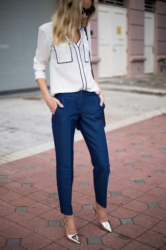 Comment porter: chemisier boutonné blanc, pantalon de costume bleu marine, escarpins en cuir argentés, sac bandoulière en cuir noir