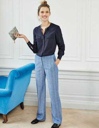 Comment porter: chemisier boutonné bleu marine, pantalon large bleu clair, mocassins à pampilles en cuir noirs, pochette en cuir grise