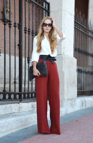 Un chemisier boutonné blanc et une pochette en cuir matelassée noire femmes Rebecca Minkoff sont un choix de tenue idéale à avoir dans ton arsenal.