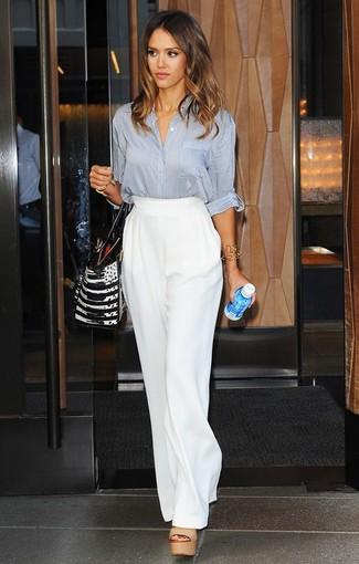 Tenue de Jessica Alba: Chemisier boutonné gris, Pantalon large blanc, Sandales à talons en cuir marron clair, Sac fourre-tout en cuir noir et blanc