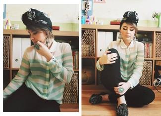 Comment porter: chemisier boutonné à rayures horizontales vert menthe, pantalon slim noir, slippers en cuir à clous noirs, écharpe imprimée noire et blanche