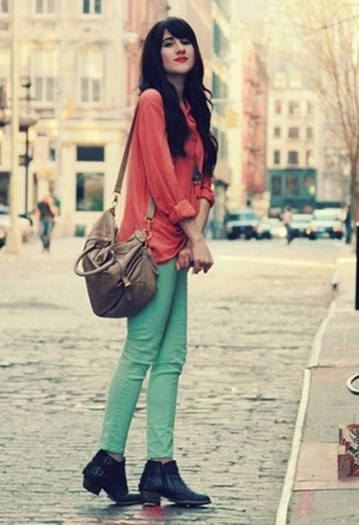 Comment porter: chemisier boutonné rouge, jean skinny vert menthe, bottines en cuir noires, sac fourre-tout en cuir gris