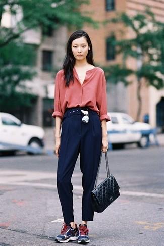Comment porter: chemisier boutonné rouge, pantalon de costume bleu marine, chaussures de sport bleu marine, cartable en cuir matelassé noir