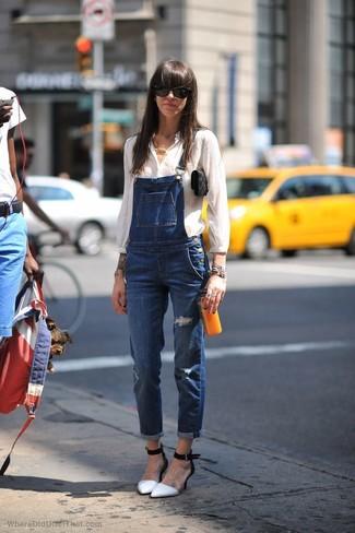 Comment porter: chemisier boutonné blanc, salopette en denim bleue, escarpins en cuir blancs et noirs, pochette en daim noire