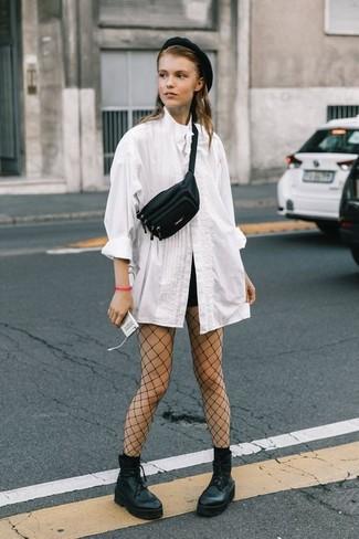 Comment porter: chemisier boutonné blanc, short noir, bottines à lacets en cuir épaisses noires, sac banane en cuir noir