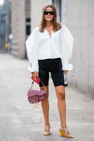 Comment porter: chemisier boutonné blanc, short cycliste noir, sandales compensées en caoutchouc transparentes, cartable en toile imprimé pourpre