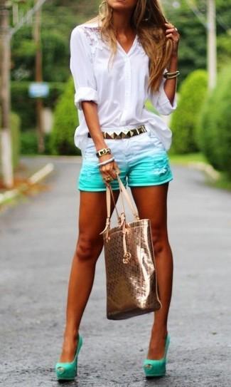 Comment porter: chemisier boutonné en dentelle blanc, short en denim vert menthe, escarpins en daim découpés vert menthe, sac fourre-tout en cuir doré