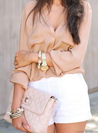 Comment porter: chemisier boutonné beige, short en lin blanc, pochette en cuir matelassée beige, bracelet doré