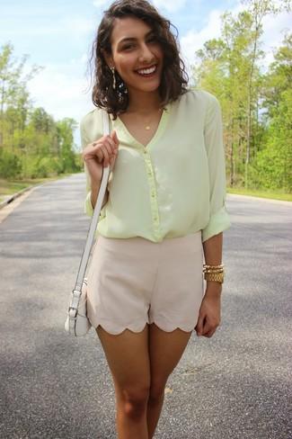 Comment porter: chemisier boutonné en chiffon jaune, short en soie beige, sac bandoulière en cuir blanc, montre dorée