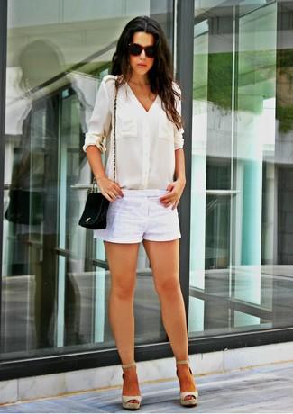 Comment porter un short blanc: Marie un chemisier boutonné en soie blanc avec un short blanc pour une tenue idéale le week-end. Jouez la carte décontractée pour les chaussures et assortis cette tenue avec une paire de des sandales compensées en toile grises.