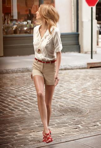Comment porter: chemisier boutonné beige, short beige, sandales spartiates en daim rouges, ceinture rouge