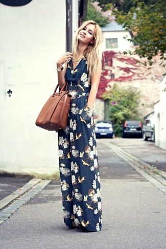 Comment porter: combinaison pantalon à fleurs bleu marine, sac fourre-tout en cuir marron, collier doré
