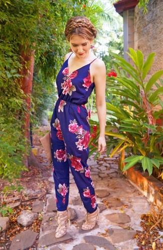 Tendances mode femmes: Pense à porter une combinaison pantalon à fleurs bleu marine pour une tenue relax mais stylée. Une paire de des sandales à talons en cuir beiges s'intégrera de manière fluide à une grande variété de tenues.